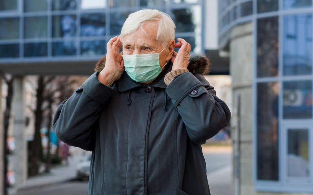 anciano con mascarilla cuidándose del COVID-19